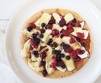 Havermout pizza met brie, rood fruit en balsamico
