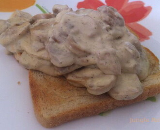 Toast met champignons in roomsaus
