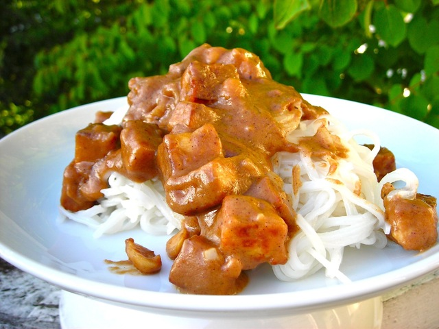 Rice Noodles with Peanut Sauce and Tofu - gluten free & vegan