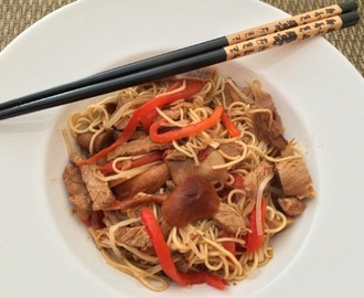 Noodles de porco com rebentos de soja, cogumelos e pimentos | Pork noodles with soybeans, mushrooms and peppers