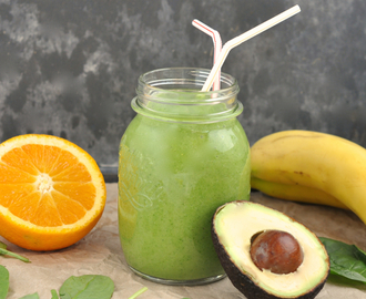 Smoothie met avocado, banaan, sinaasappels en spinazie