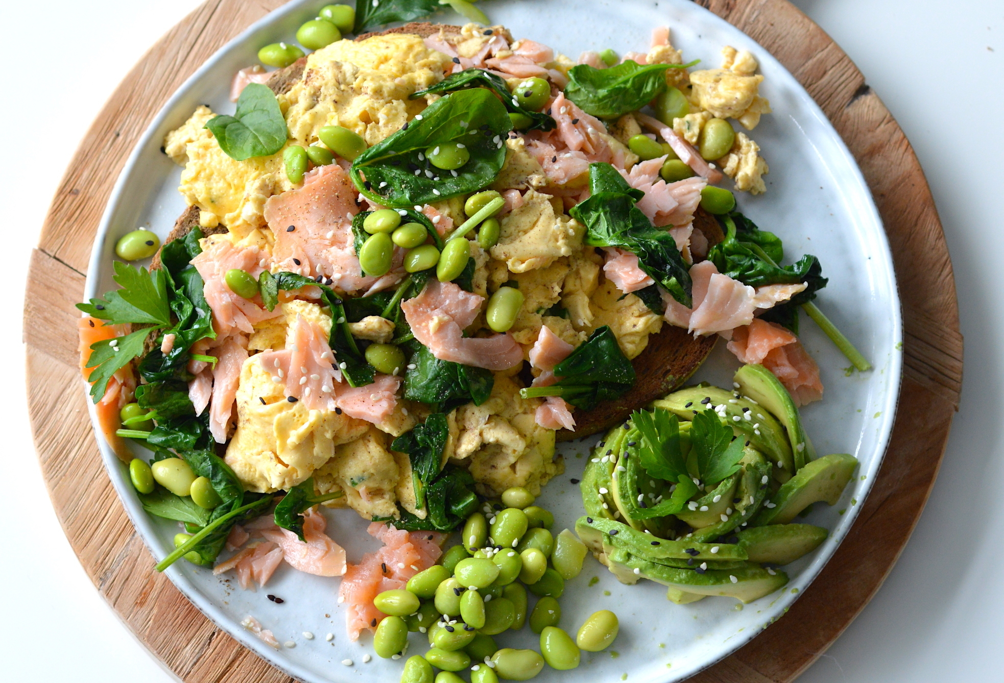 Scrambled eggs met gerookte zalm (video)