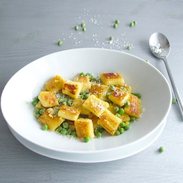 Baked gnocchi with peas and lemon