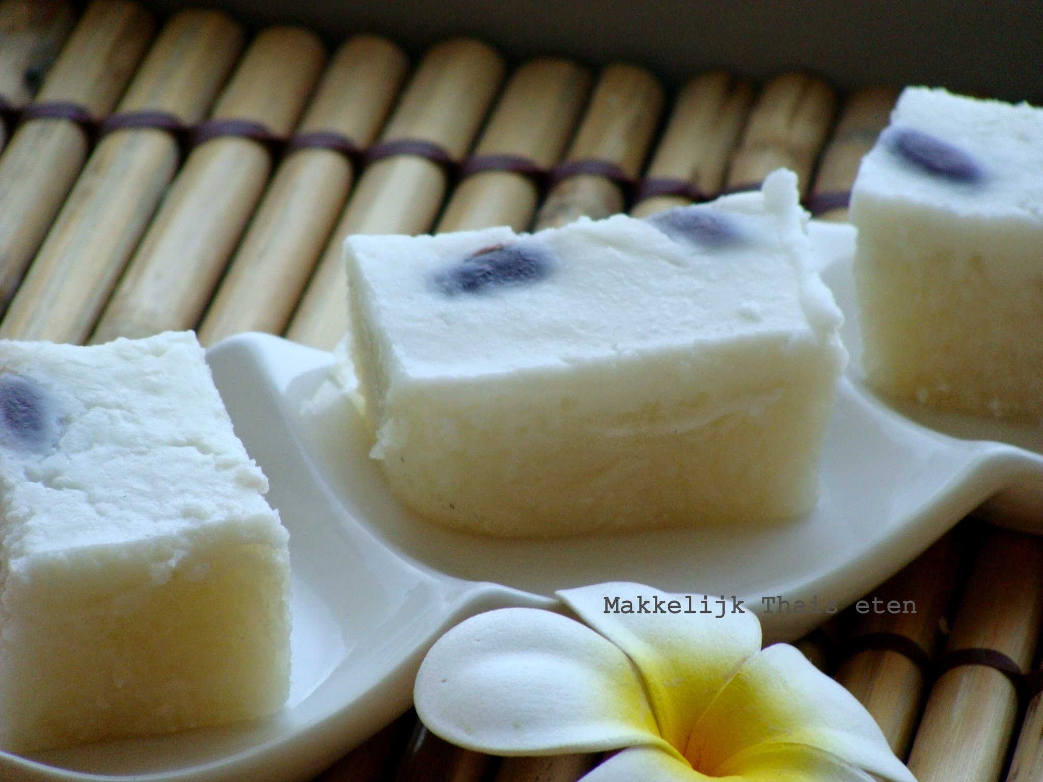 Thaise romige kokosmelk kleefrijst taart/ Thai dessert with rice and coconut milk/ สูตรข้าวเหนียวหน้านวล (ตัด)