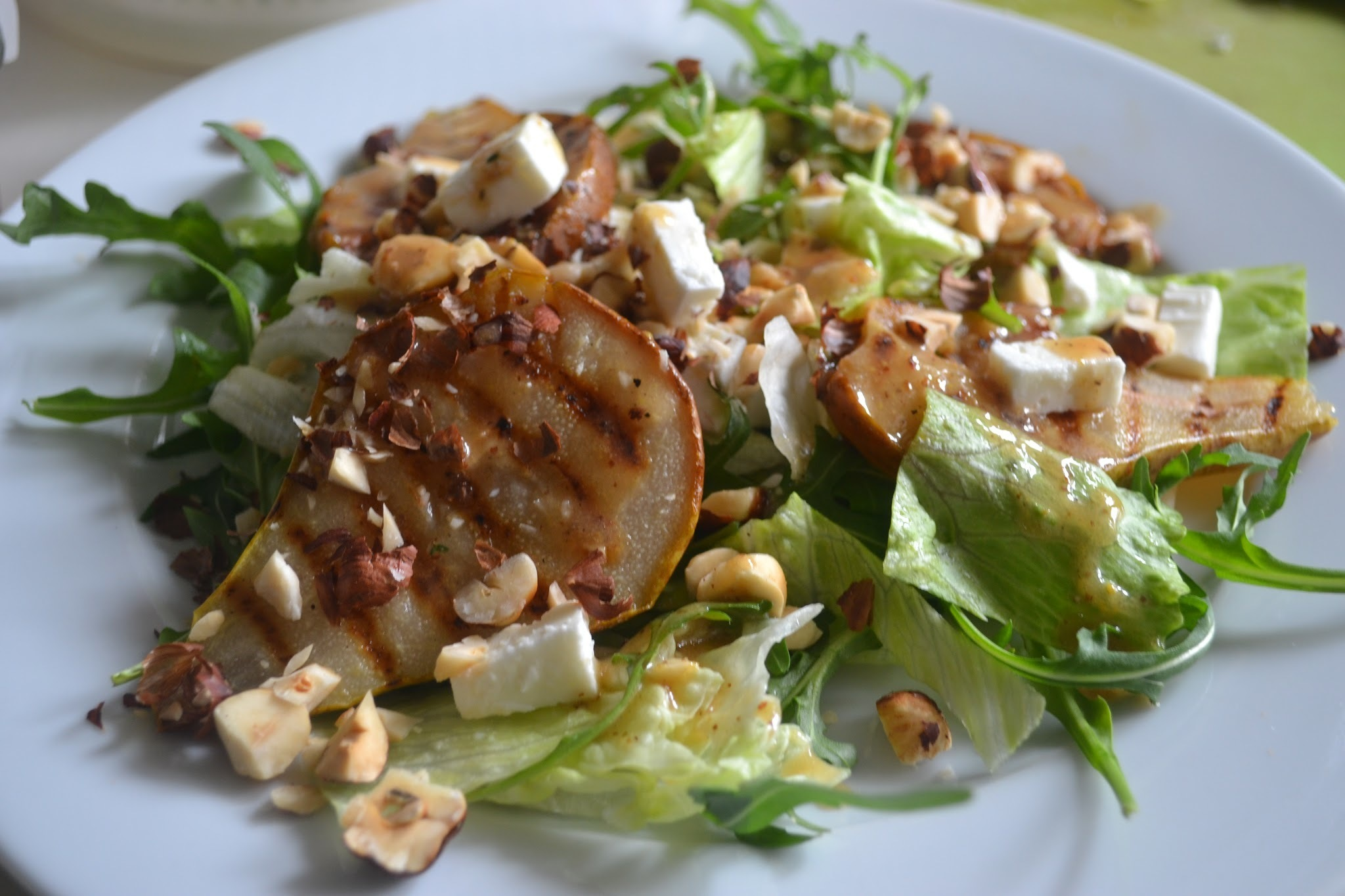 Salade met geroosterde peer, hazelnoot en feta - Salad with roasted pears, hazelnuts and feta (GF-SF)