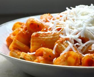 Rigatoni with roasted red pepper sauce