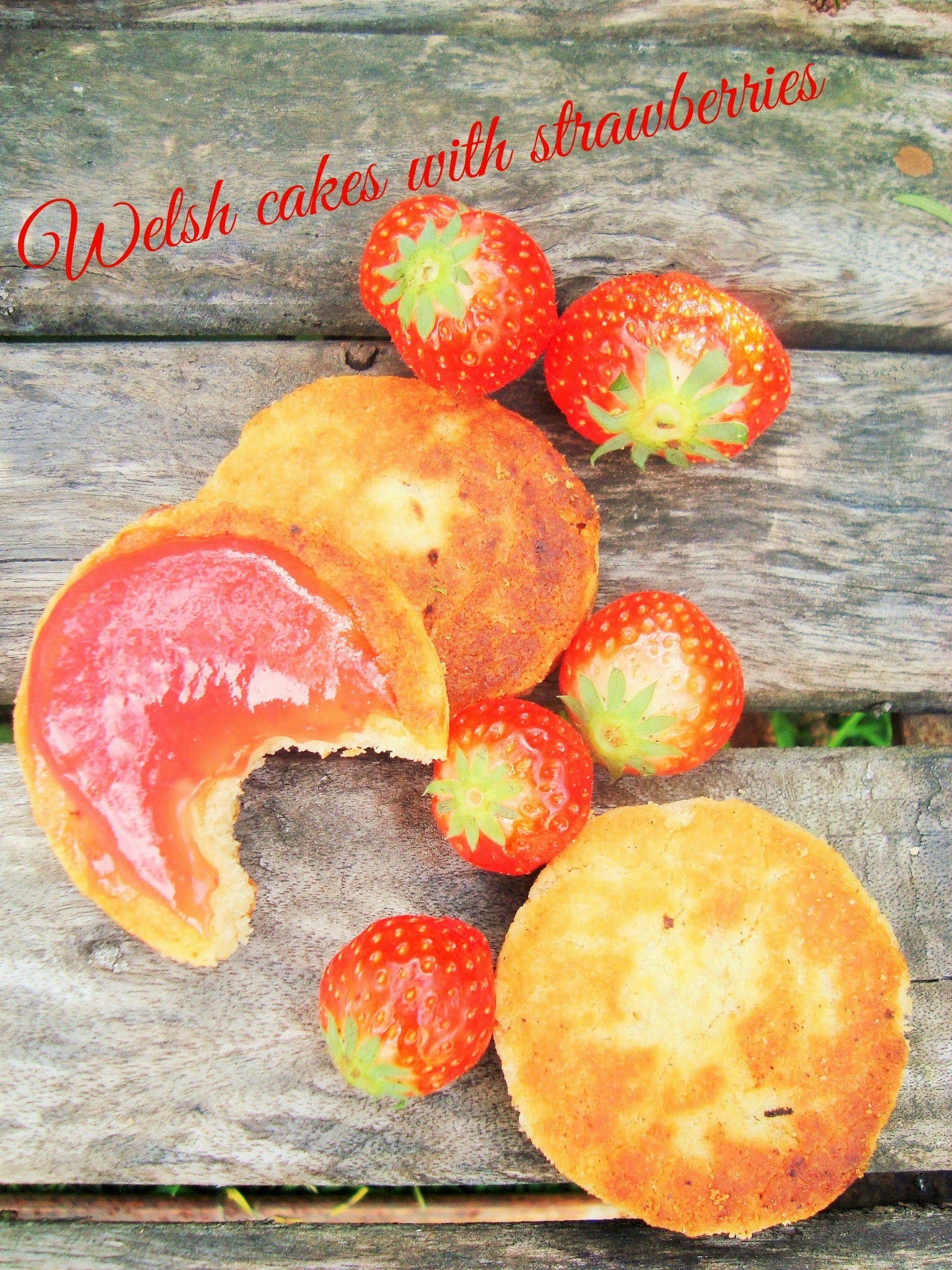 Walesin kakut mansikoilla, Welsh cakes with strawberries