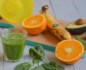 Groene smoothie met spinazie, avocado en fruit