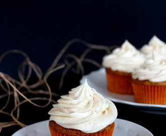 Carrot cake cupcakes with cinnamon cream cheese frosting / Morotscupcakes med kanel frosting