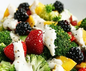 Broccoli fruit salade met sojayoghurt-tahin dressing