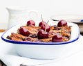 Bread and butter pudding met krentenbollen, chocolade en kersen