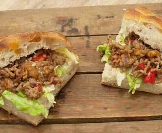 Recept: Turks brood met pittig gehakt en chilisaus