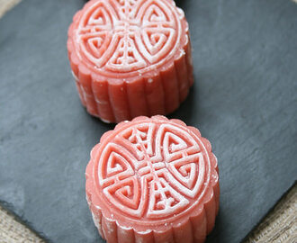 Vegan Fresh Beet Snow Skin Mooncake with Black Bean paste ~紅菜頭,黑豆冰皮月餅