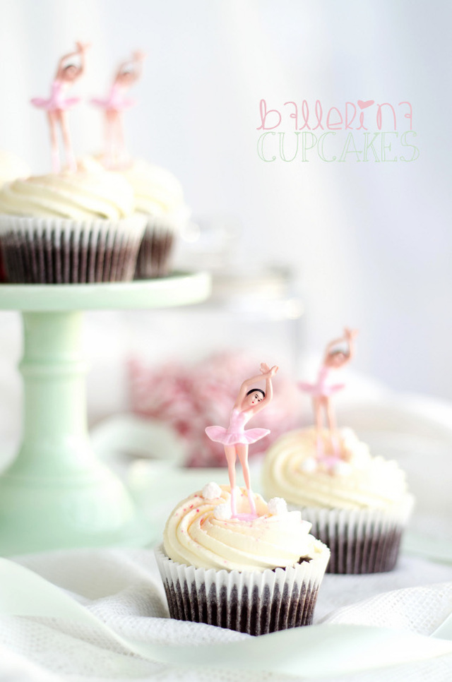 Chocolate Ballerina Cupcakes with Vanilla Cream Frosting and Peppermint Fudge (Choklad Cupcakes med Vaniljgrädde och Polkagris Fudge)