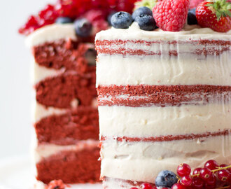 Naked red velvet cake met fruit