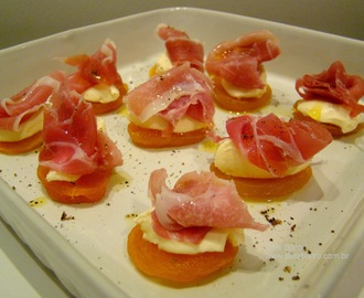 CANAPÉ DE DAMASCO COM CREAM CHEESE E PRESUNTO PARMA