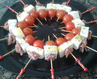 Brocheta de queso, tomate y anchoas