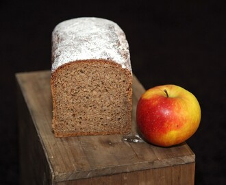 Bio-Roggen-Vollkornbrot mit Apfelmus / organic wholemeal rye bread with mashed apples