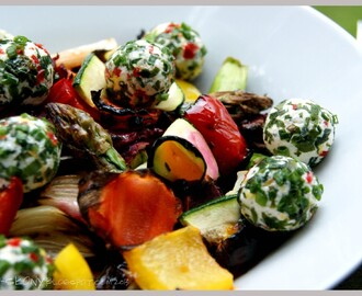 Sałatka z grillowanych warzyw z kulkami serowymi / Grilled vegetable salad with cheese balls