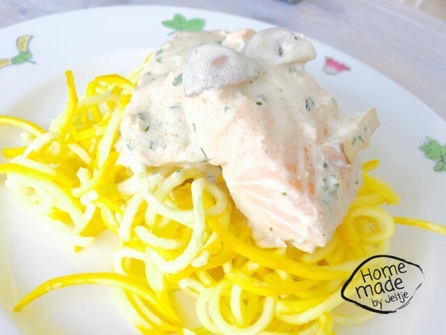 Spaghetti van courgette met verse zalm in roomsaus