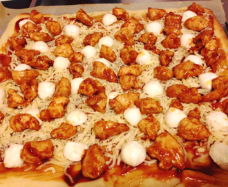 BBQ chicken pizza met mozzarella