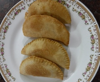 Karida Kadubu / Somasi - Samosas with Dry Coconut and Sugar Filling