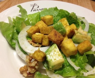 TOFU CROCCANTE IN INSALATA AL PROFUMO DI CURRY CON NOCI ED AVOCADO