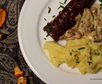 Hasenfilet mit Pfifferlingrahmsoße und Kartoffelpüree / Rabbit fillets with a chanterelle cream sauce and mashed potatoes