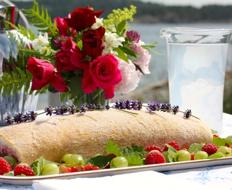 Summery Raspberry Swiss Roll / Somrig Hallon Rulltårta
