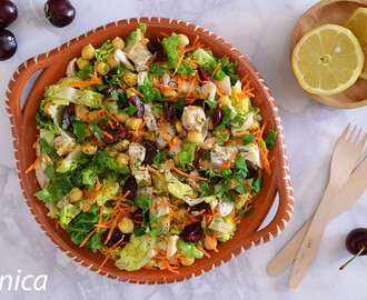 Ensalada de pollo con garbanzos y cerezas: receta saludable