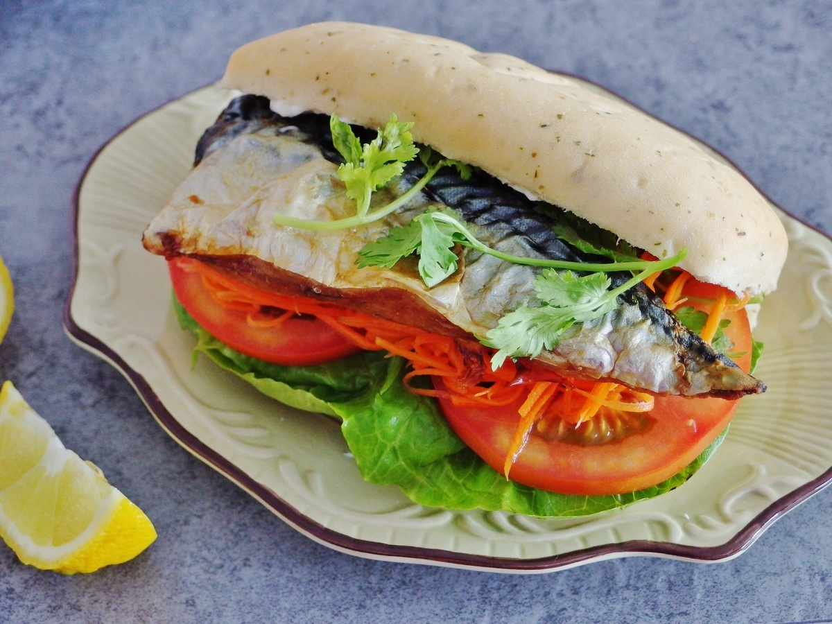 Mackerel Sandwich Recipe (Turkish balık ekmek)