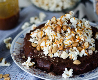 Mud Cake with Chocolate Fudge, Salted Caramel, Popcorn and a Whole lot More (Kladdkaka med Choklad-Kola Fudge, Salt Karamell och Massa Mer!)