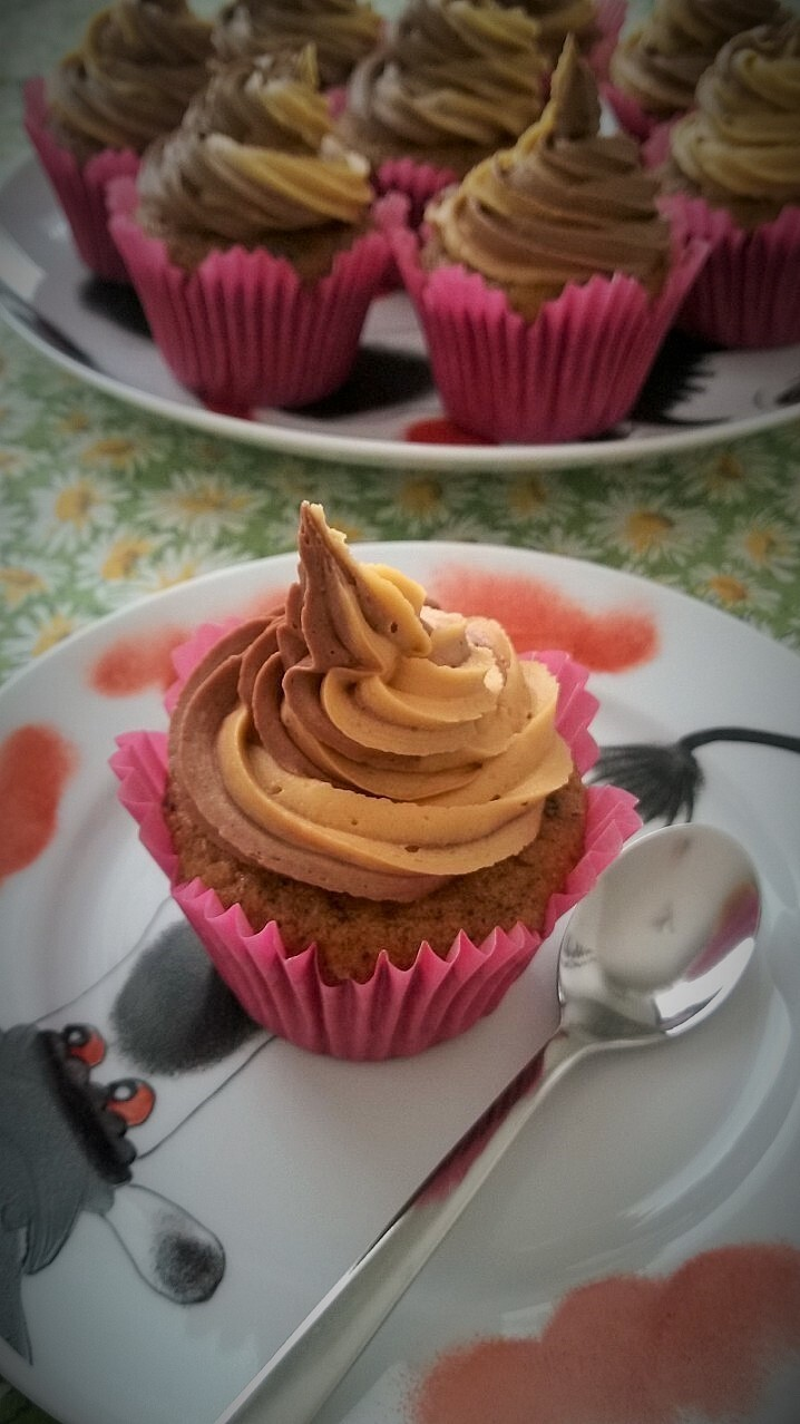 Banana cupcakes with chocolate peanut butter frosting