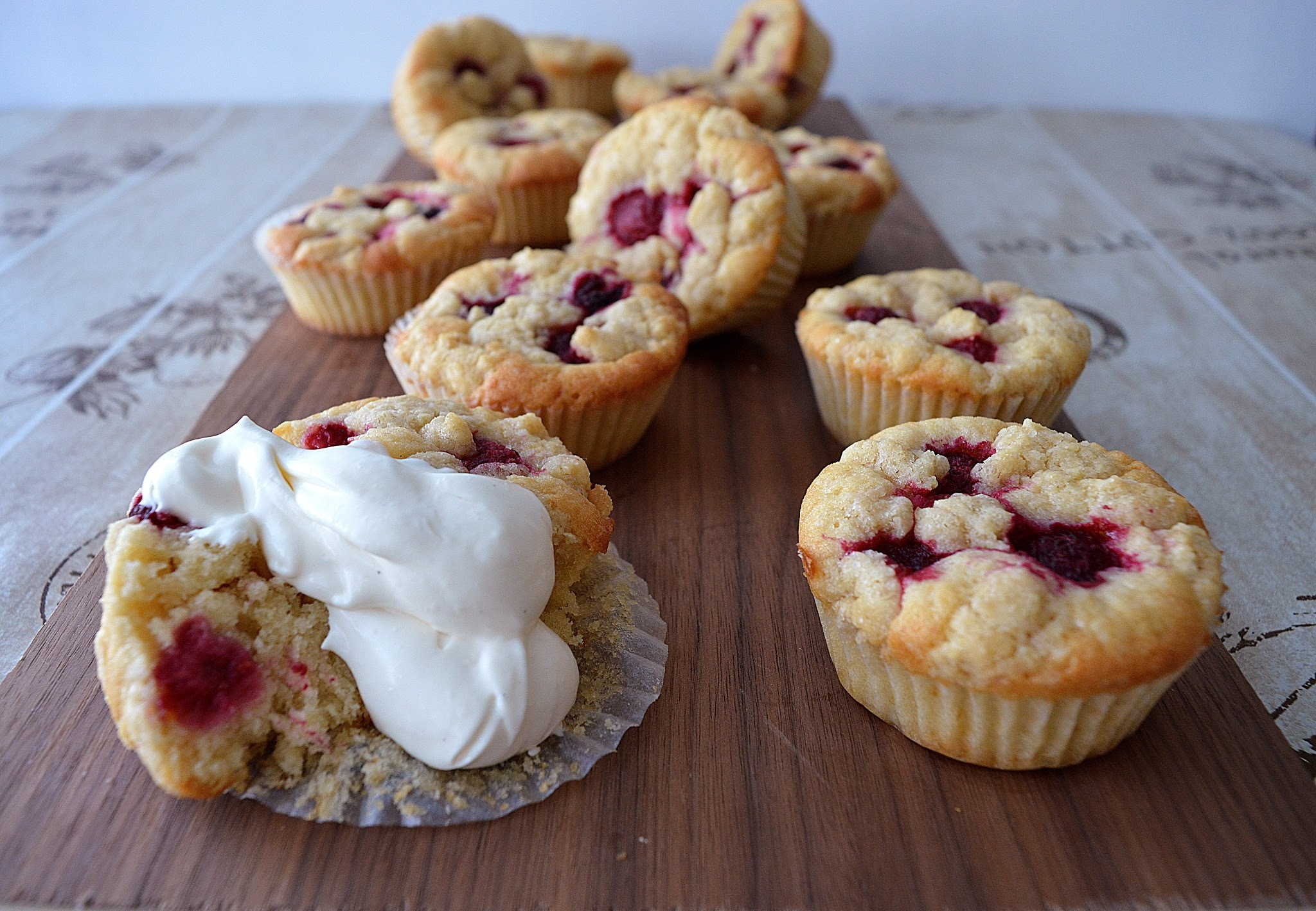 Rasberry cookiedough cupcakes (12-14 kpl)