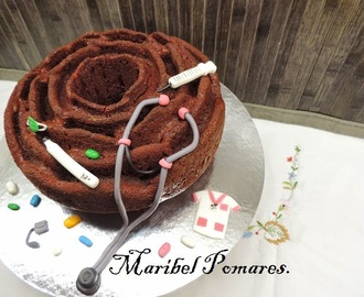 Bundt cake de galletas maría, galletas de chocolate en olla programable y decoración con fondant tema sanitario.