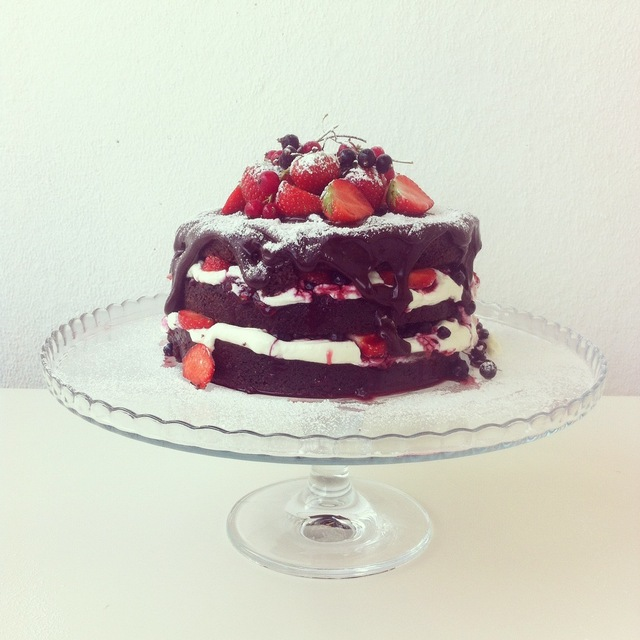 Suklaa naked cake marjoilla/ Chocolate naked cake with berries