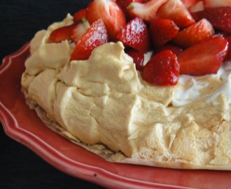 Beza Pavlova z truskawkami i mascarpone/ Pavlova`s meringue with strawberries and mascarpone