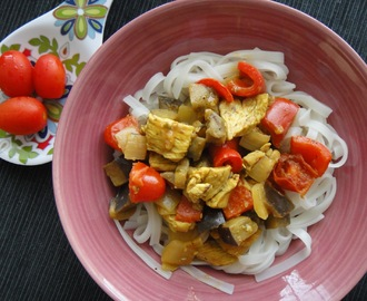 Kurczak z warzywami i makaronem ryżowym/ Chicken with vegetables and rice noodles