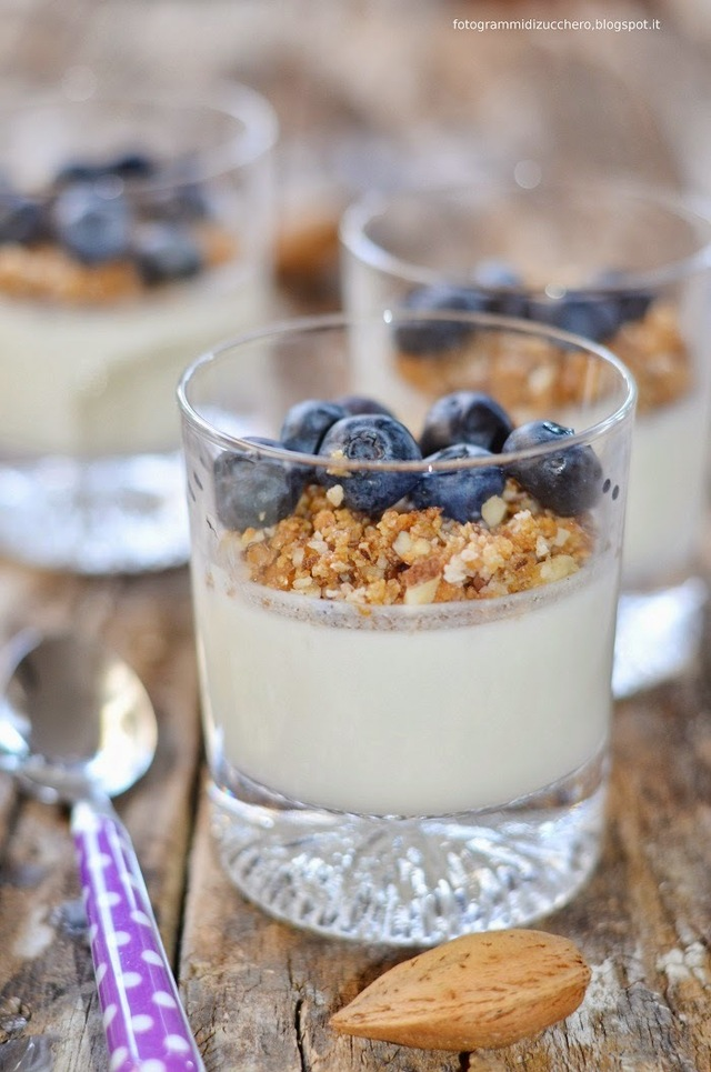 Panna cotta light allo yogurt con crumble freddo alle mandorle e mirtilli