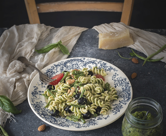 Fusilli al pesto di fagiolini e mandorle con pomodori e olive/Fusilli with green bean and almond pesto, tomatoes and olives