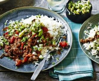 Spicy chilli con carne with guacamole