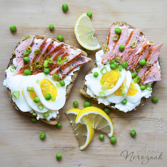 TOAST WITH GRILLED SALMON AND EGG