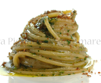Spaghettoni con pesto di rughetta e alici in due consistenze