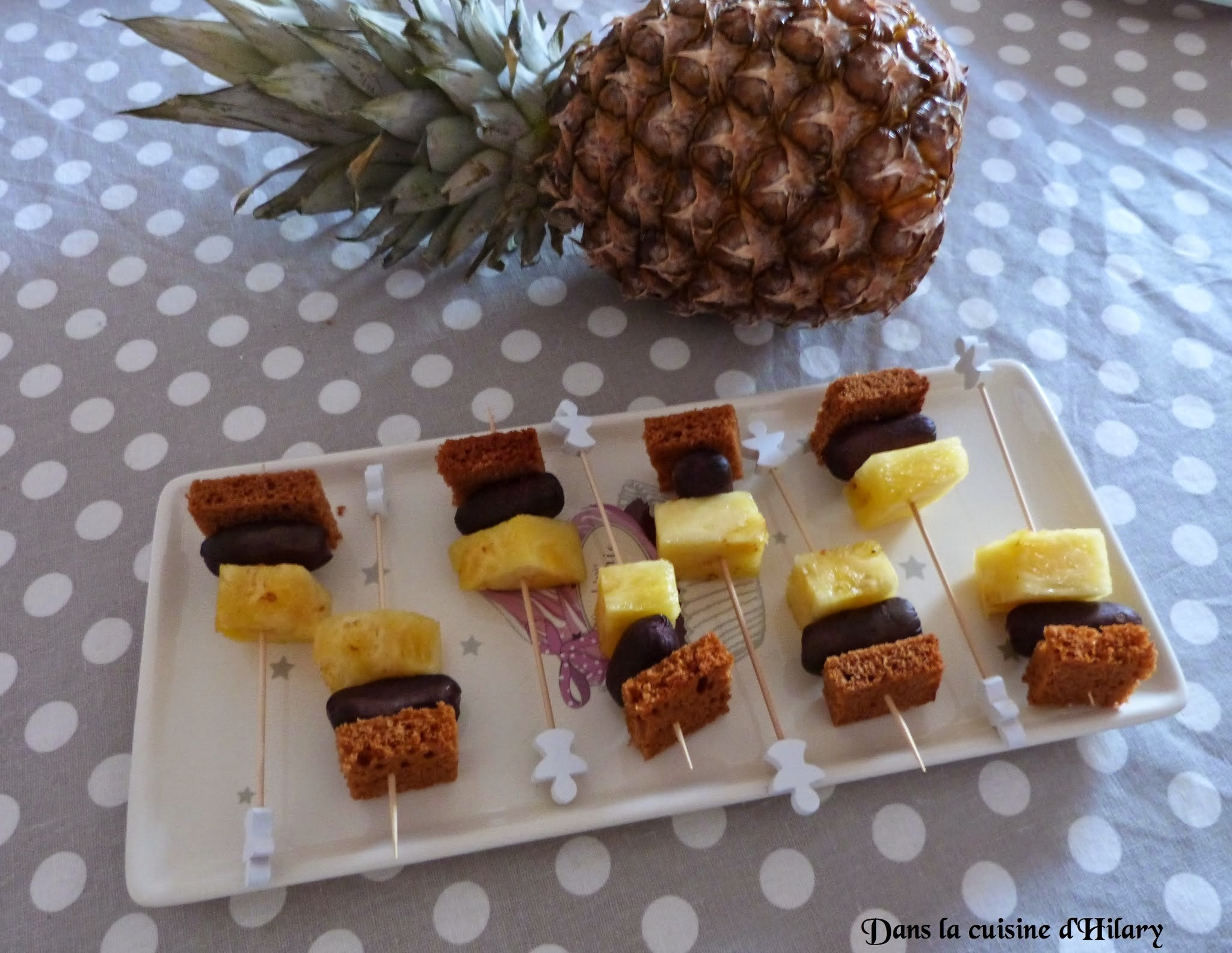 Brochettes apéritives boudin noir, ananas, pain d'épices / Pineapple, spicy blood sausage and gingerbread skewers