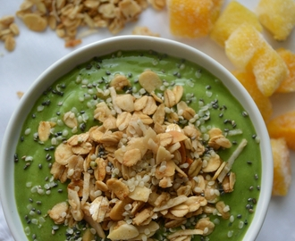 Smoothie bowl (smoothie verde + superfoods + granola)