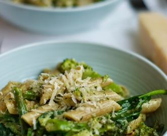 Broccoli, asparagus and spinach pasta with creamy pesto