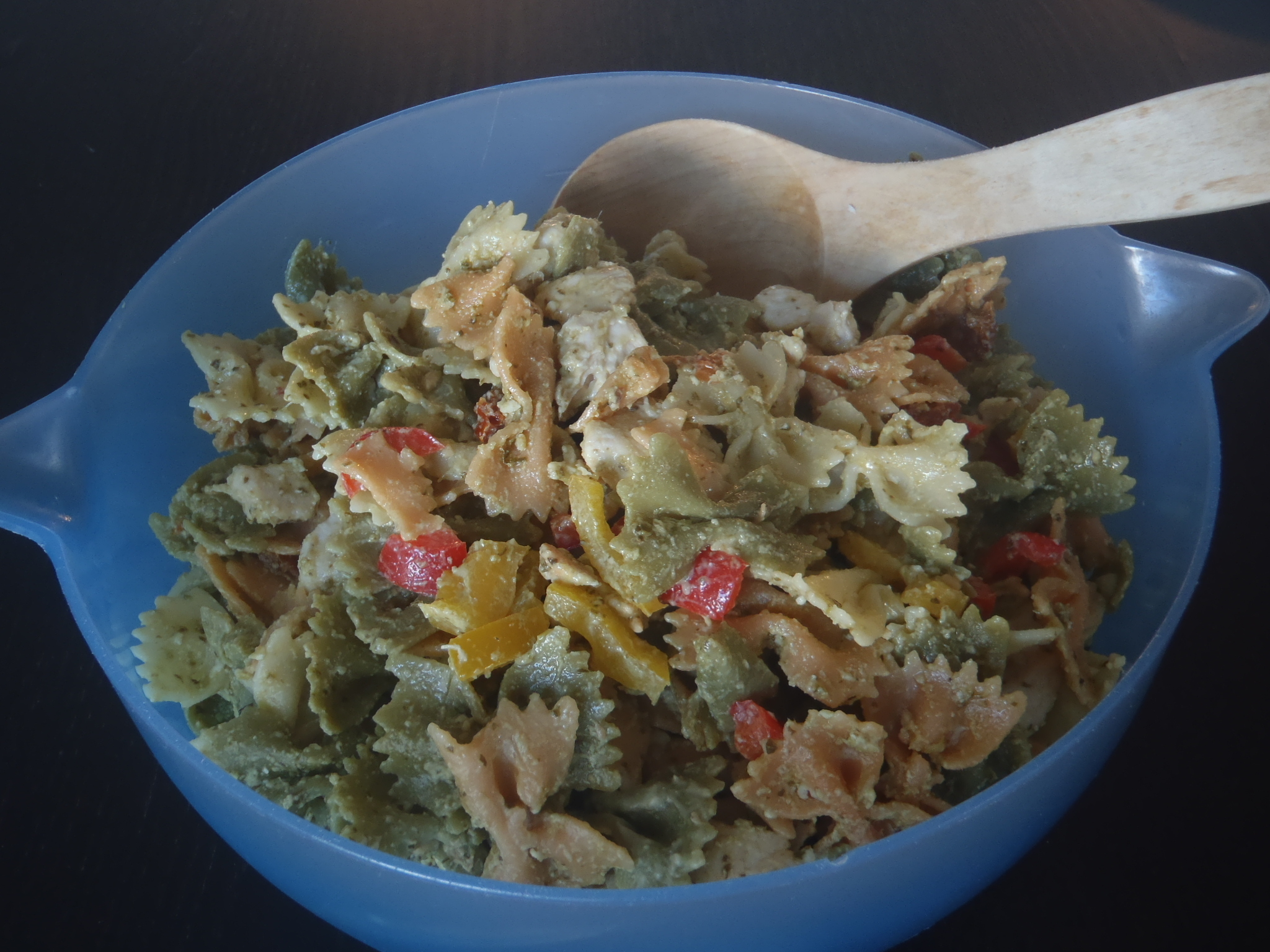 Kanapastasalaatti/Chicken Salad with Pasta and Pesto