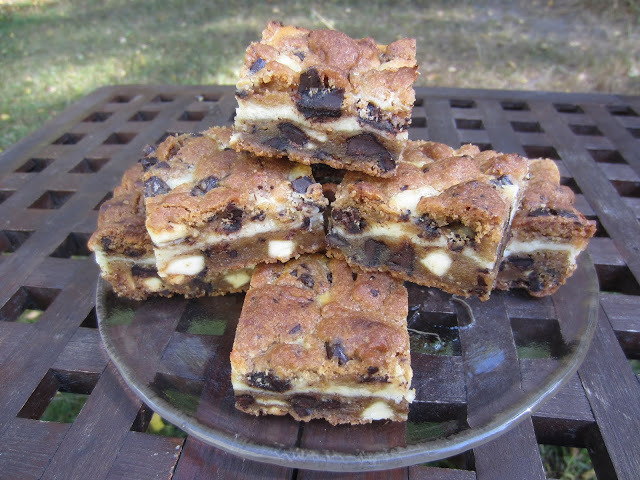 Tuplasuklaa cookie-juustokakku palat/ Double Chocolate Chip Cookie Cheesecake Bars