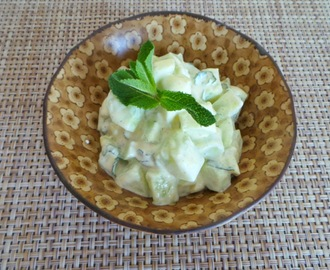 Salade de concombre au yaourt, curry et à la menthe (Yogurt cucumber salad, curry and mint)