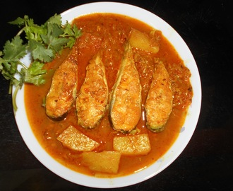 Restaurants  Style  Aloo Diye Boal Macher Kalia / Restaurants Style Potato And Boal Fish In Spicy  Curry